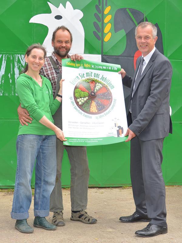Petra Graute-Hannen, Heinrich Hannen und NRW-Umweltminister Johannes Remmel mit dem Hoffest-Plakat