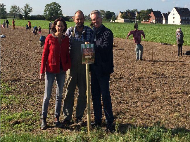 Nachernte 2015 Dagmar Daniels, Heinrich Hannen und Hans-Christian Markert MdL vom Verein Lebensmittel-fair-teilen e.V.